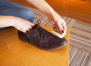 kak-pravilno-chistit-zamshevuju-obuv-05